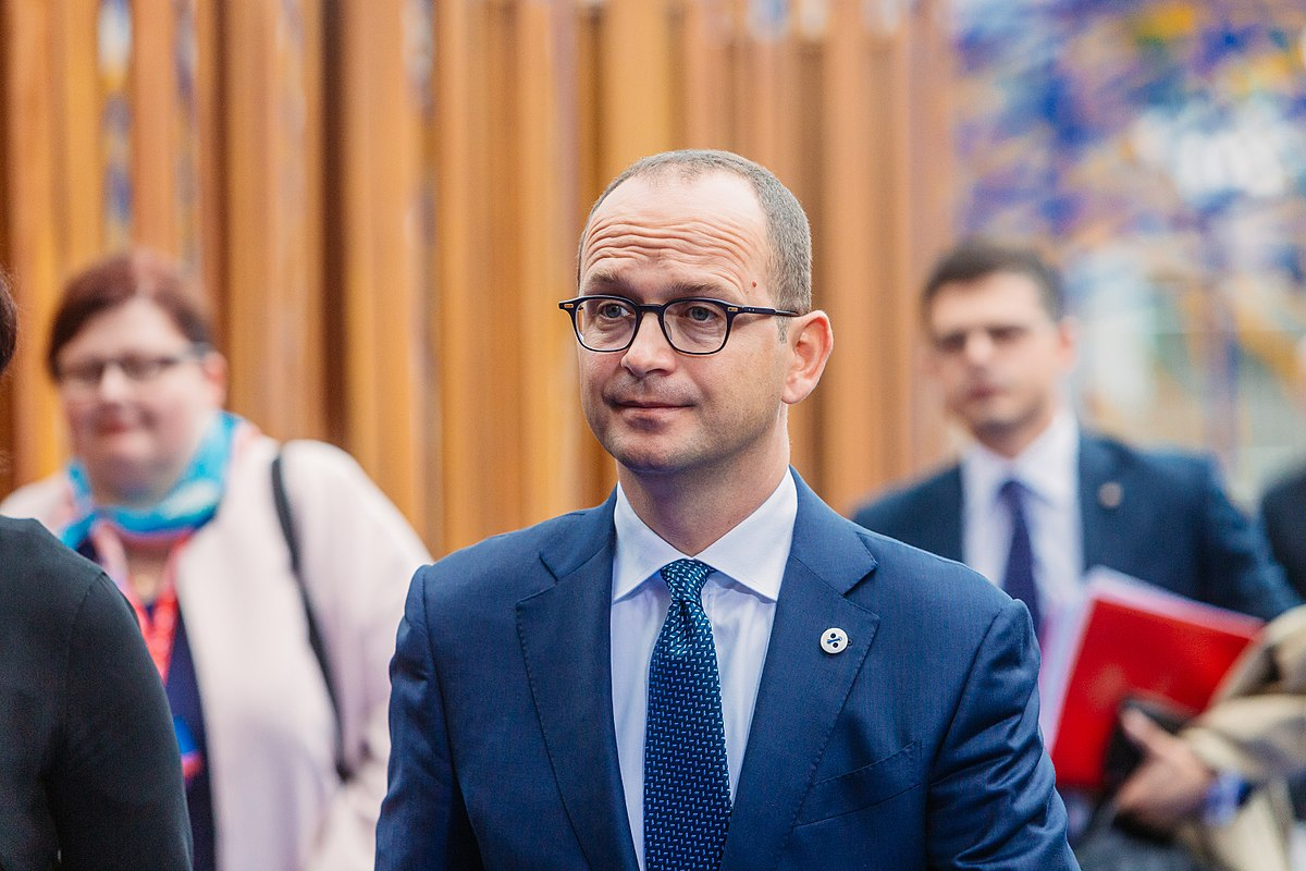 1200px-Informal_meeting_of_ministers_for_foreign_affairs_Gymnich._Arrivals_Ditmir_Bushati_36910308346.jpg
