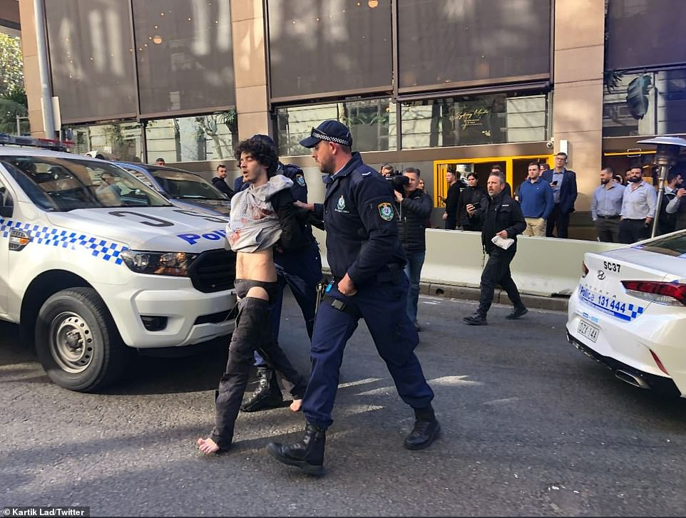 17213036-7351585-Police_were_called_to_King_and_Clarence_Streets_in_Sydney_near_W-a-24_1565688745025