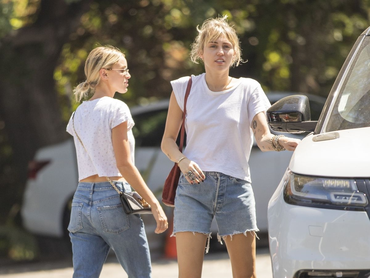 0_PAY-PREMIUM-EXCLUSIVE-Miley-Cyrus-and-Kaitlynn-Carter-cant-keep-their-hands-off-of-each-other-MUST-C.jpg