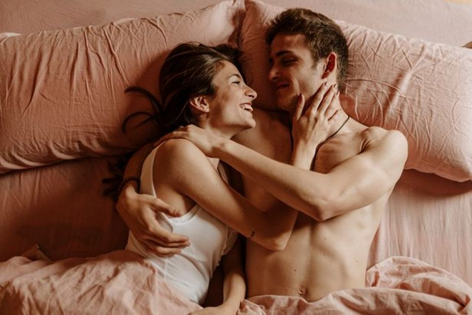 2_Happy-young-couple-lying-in-bed.jpg