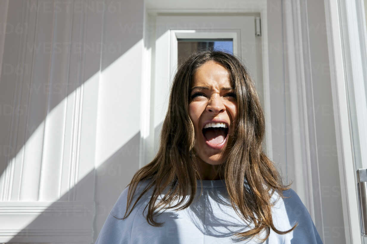 brunette-young-woman-screaming-CHAF000589.jpg